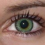 Yellow green v detailu na původní barvě očí hnědo-zelené