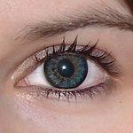 Glamour blue v detailu na původní barvě očí hnědo-zelené