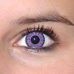 Glamour Violet v detailu na původní barvě očí hnědo-zelené