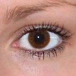 Basic honey v detailu na původní barvě očí hnědé