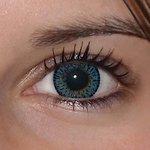 Elegance blue v detailu na původní barvě očí hnědo-zelené